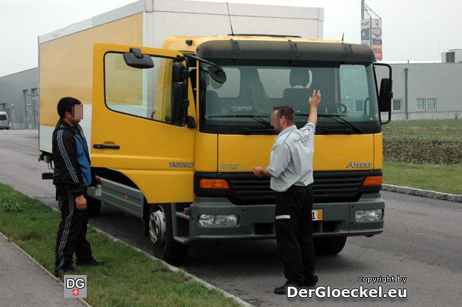 Der Mitarbeiter der ASFINAG erklärte der Wagenbesatzung die Funktionsweise der elektronischen GO-BOX sowie die richtige Anbringung