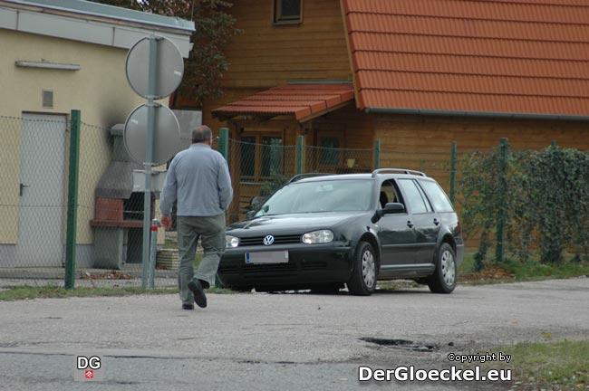 """Der Polizist schreitet wieder zu seinem """"versteckten"""" Dienstfahrzeug"""