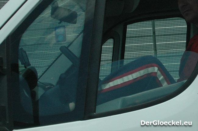 Das Lenken eines Lastkraftfahrzeuges in solch einer Sitzposition kann verheerende Folgen mit sich ziehen