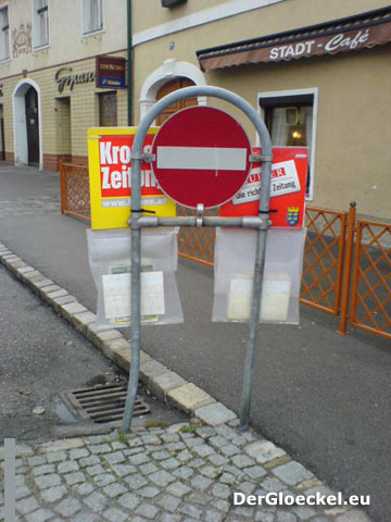 Beispiel Kronen Zeitung und Kurier Verkaufseinheiten auf einem Verkehrszeichen montiert