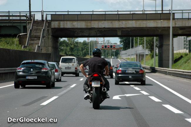lässiger Biker auf der Autobahn
