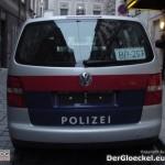 Der Streifenwagen der Polizei mit Zettel hinter der Heckscheibe
