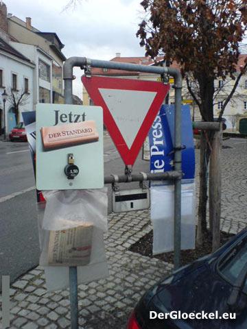 Der Standard und Die Presse an einem Verkehrszeichen