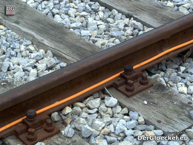 Der Gleisabschnitt mit dem neuverlegten Kupferkabel | Foto: DerGloeckel.eu
