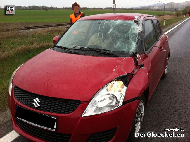 Der schwer beschädigte PKW, der in der Gegenrichtung unterwegs war | Foto: DerGloeckel.eu