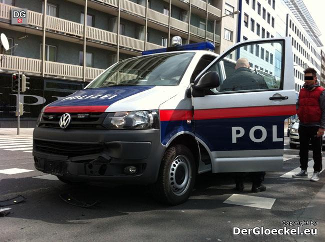 Nicht rechtzeitig abgebremst, das Polizeifahrzeug fuhr auf den KIA auf, dieser stieß gegen den Jetta - 2 Polizisten leicht verletzt | Foto: DerGloeckel.eu