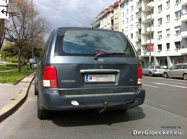 KIA, Fahrzeug Nr. 2 bremste ebenfalls und wurde dann durch den Aufprall des Polizeifahrzeuges gegen den Jetta gedrückt | Foto: DerGloeckel.eu