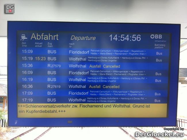 Die Mitteilung am Bahnhof über den Schienenersatzverkehr wegen Kupferkabeldienstahls entlang der Bahnstrecke | Foto: DerGloeckel.eu