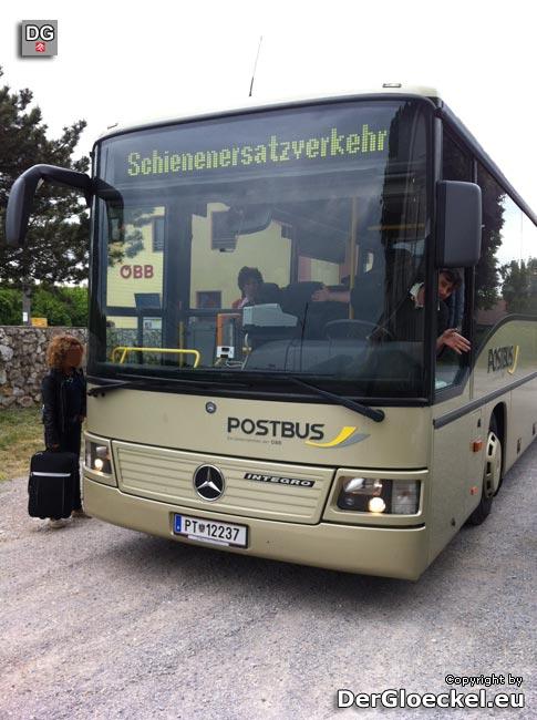 Von Qualitätsmanagement bei den ÖBB kann hier nicht gesprochen werden; eine Passagierin von BDA erreicht erst in Petronell den Bus | Foto: DerGloeckel.eu
